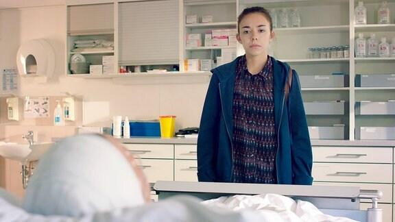 Mina (Lisa Brand, r.) besucht ihren verunglückten Klassenkameraden Marvin im Krankenhaus