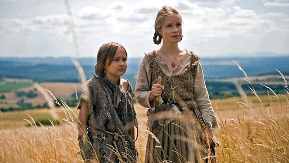 Brüderchen (Hans-Laurin Beyerling) und Schwesterchen (Odine Johne) fliehen vor der bösen Stiefmutter.