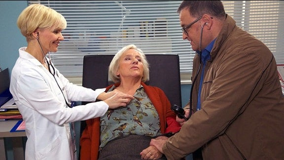 Michael Trischan als Hans-Peter Brenner, Heide Simon als Hertha Scheerbaum und Andrea Kathrin Loewig als Dr. Kathrin Globisch