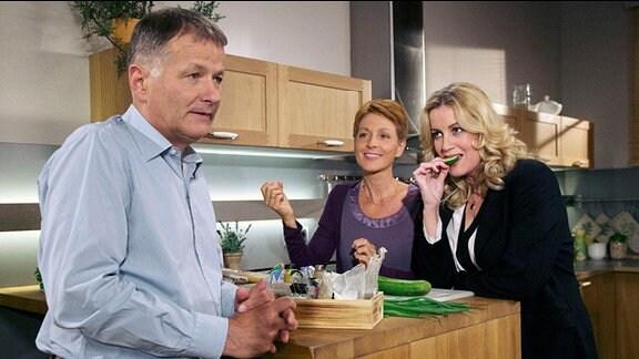Ehepaar mit Frau im Küchengespräch