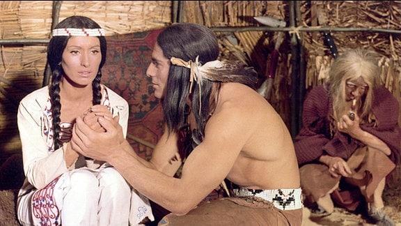 Gojko Mitic als Chingachgook und Andrea Drahota als Wahtawah