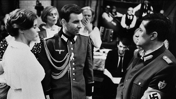 V.l.n.r.: Gertrud Habersaat (Ursula Karusseit), Jürgen Lesstorf (Armin Müller-Stahl), Emil Kalluweit (Erik S. Klein).