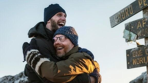 Pure Freude: Bergführer Simon (Ulrich Friedrich Brandhoff, li.) mit Joschka (Simon Schwarz) auf dem Gipfel