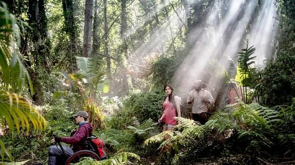 Tom (Kostja Ullmann), Paula (Caroline Hartig) und Joseph (Bongo Mbutuma) genießen die Schönheit der Natur