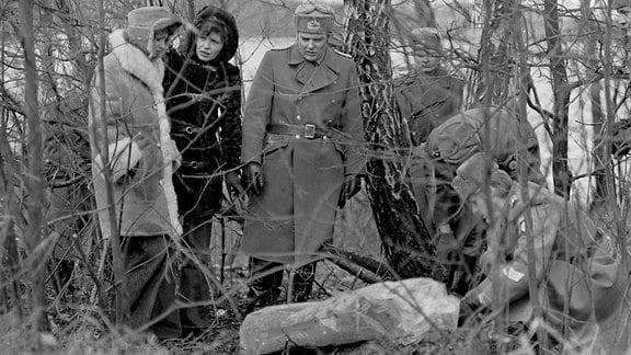 Uta Schorn (Sabine Kroll) (1.v.l.), Sigrid Göhler (Leutnant Vera Arndt) (2.v.l.)