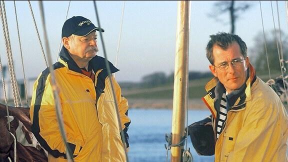 Olaf Krüger (Martin Lindow, rechts) braucht ein Alibi und vertraut sich seinem zukünftigen Schwiegervater Gerhard Delitz (Dieter Montag, links) an.