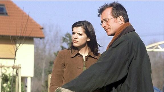 Olaf Krüger (Martin Lindow) und seine Verlobte Katharina Delitz (Juliane Gibbins) blicken in die Zukunft und träumen vom großem Glück.