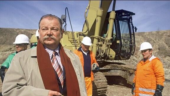 Gerhard Delitz (Dieter Montag, links), Geschäftsführer der Stadtreinigung läßt in dem ehemaligen Braunkohletagebau nach illegalen Gegenständen suchen.