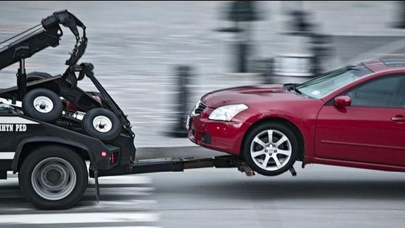 ein Auto wird vom Abschleppdienst abgeschleppt