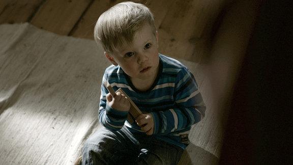 John Keno als Elkes Sohn Lars.