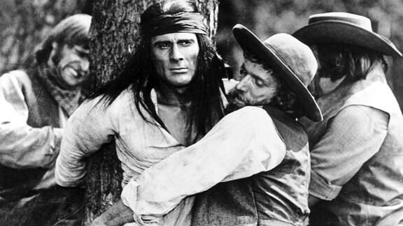 Der junge Häuptling Ulzana (Gojko Mitic) gehört zu den wenigen Überlebenden eines Massakers, dass der amerikanische Geologe Johnson an dem Apachenstamm verübte.