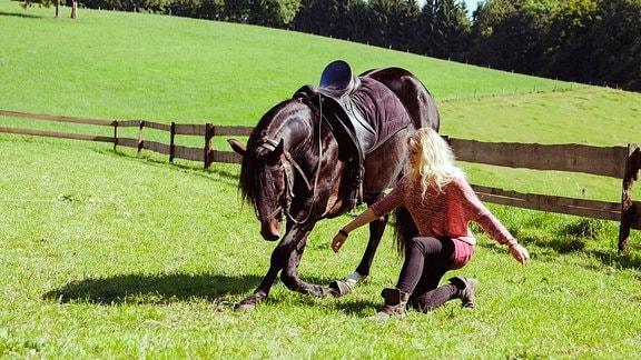 Charlie (Sinje Irslinger) tanzt mit ihrem Pferd.