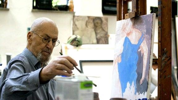Arno Rink im Atelier, bei der Arbeit an einem Gemälde.