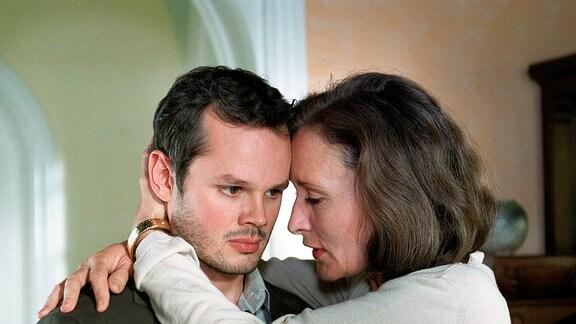 Lisa und Hajo Wasberg (Eleonore Weisgerber, Marco Hofschneider) umarmen sich.