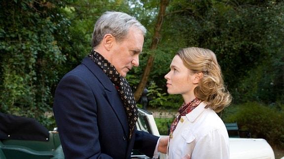 Edwin (August Zirner) wünscht seiner Tochter Gretel (Karoline Herfurth) viel Erfolg im Trainingslager