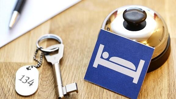Klingel und Zimmerschlüssel an einer Rezeption