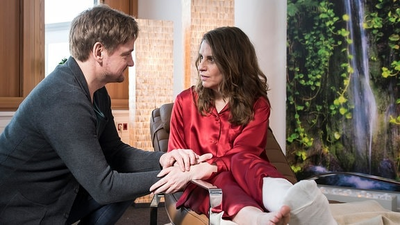 Dr. Lindner (Christian Beermann, l.) konnte Ellen Thomas (Stefanie Höner, r.) von einer Trance-Sitzung überzeugen. Dort soll sie ihren Ängsten begegnen