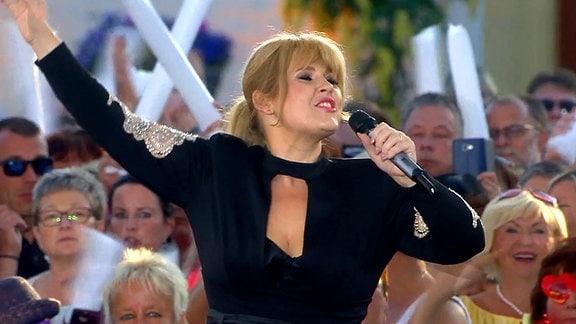 Maite Kelly singt zwischen Fans.
