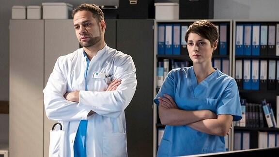 Die Ärzte, Dr. Matteo Moreau (Mike Adler, l.) und Dr. Theresa Koshka (Katharina Nesytowa, r.), haben herausgefunden, dass Ameena offenbar in die Fänge von Organhändlern geraten ist