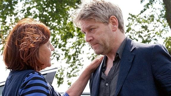 Kommissar Wallander (Kenneth Branagh) wird von seiner Mutter (Polly Hemingway) getröstet