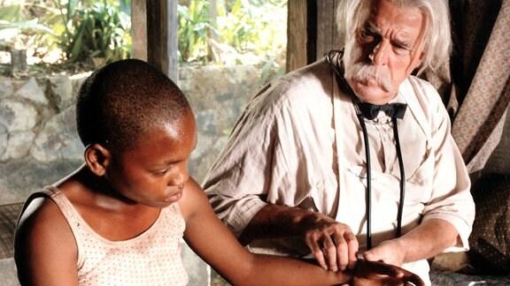 Albert Schweitzer kümmert sich in seinem Urwaldhospital aufopferungsvoll um bedürftige Menschen