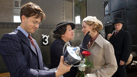 Edwin (August Zirner,li.), Paula (Maria Happel) und Rudolph Bergmann (Franz Dinda) begrüßen Gretel (Karoline Herfurth,re.) am Bahnhof.
