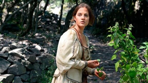 Prinzessin Maleen (Cleo von Adelsheim) bittet nach der Befreiung aus dem Turm - auf ihrer Suche nach Graf Konrad - den Brennnesselstrauch um Hilfe, ihren Hunger zu stillen und ihren großen Kummer zu lindern