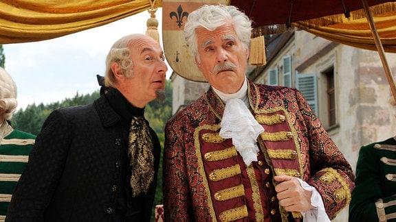 Hofmeister Julius (Michael Schönborn, links) gibt Fürst Gundolf (Sky DuMont) einen Rat