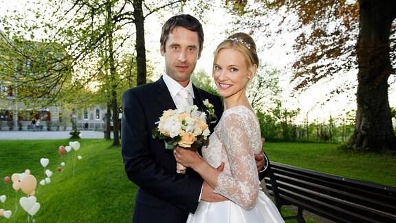 """Das Traumpaar der 11. Staffel """"Sturm der Liebe"""" feiert Hochzeit: Luisa (Magdalena Steinlein, r.) und Sebastian (Kai Albrecht, l.) geben sich bei einem romantischen Hochzeitsfest im Fünf-Sterne-Hotel """"Fürstenhof"""" das Ja-Wort"""