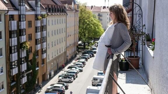 Die lebensmüde Anna Schmitt (Anna Brüggemann) will von ihrem Balkon springen.