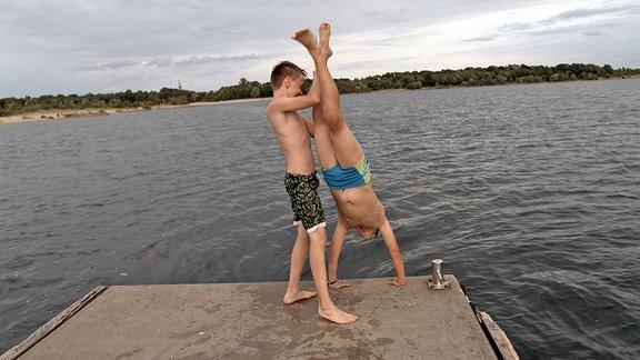 Luis und Felix am See