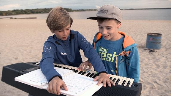 Luis und Felix mit Keyboard am See