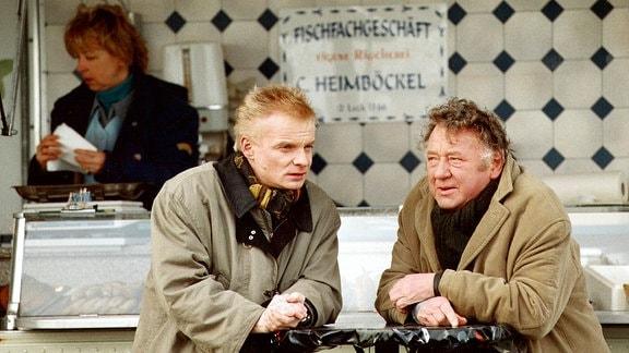 Immer etwas näher kommen die Kommissare Kurt Groth (Kurt Böwe, rechts) und Jens Hinrichs (Uwe Steimle) an den Ort, wo der Entführer Max das Model Caroline festhält.