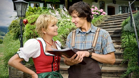 Franziska (Uschi Glas) und ihr Sohn David (Laurence Rupp) stehen im Garten und freuen sich über den reißenden Absatz ihres Bio-Weins.