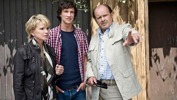 Josef (August Schmölzer, rechts) und Franziska (Uschi Glas, links) brechen zu einem gemeinsamen Urlaub auf. Sohn David (Laurence Rupp, Mitte) freut sich