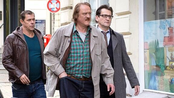 Das Lübecker Ermittlerteam Finn Kiesewetter (Sven Martinek, 2.v.l.) und Lars Englen (Ingo Naujoks, r.) müssen den Kioskbesitzer Dieter Bannow (Jürgen Rißmann, 2.v.r.) informieren, dass sein Enkel vergiftet worden ist (mit Suzan Anbeh, l.)