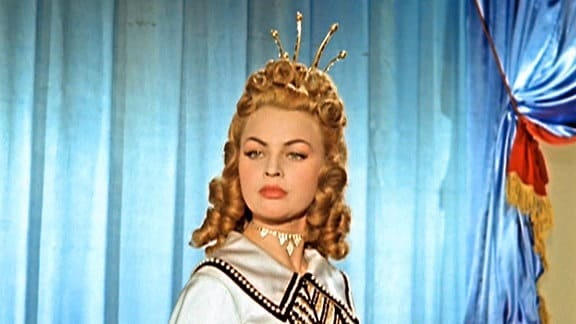Eine Märchenprinzessin trägt ihr Gesicht hoch.