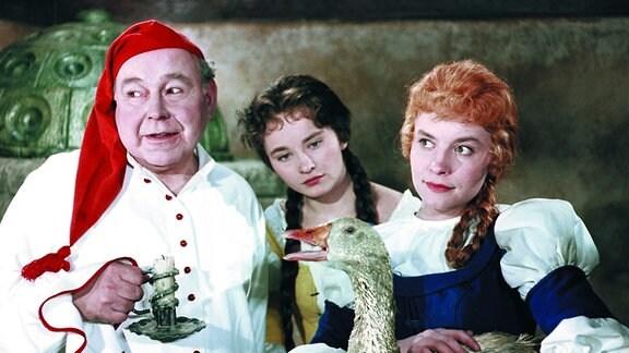 Der habgierige Wirt (Fritz Schlegel, links) mit seinen neugierigen Töchtern Gret (Renate Usko, Mitte) und Lies (Katharina Lind, rechts)