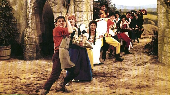 Schuster Klaus (Kaspar Eichel, vorne ganz links) will dem König helfen.