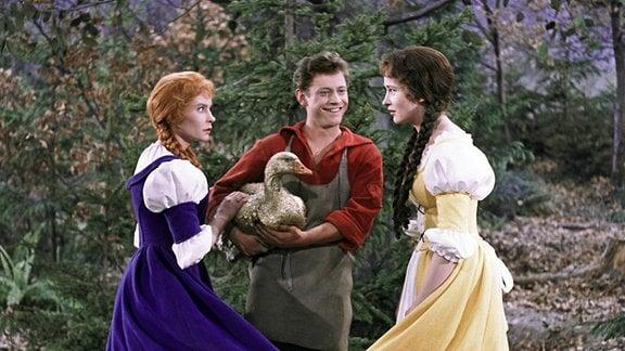 Schuster Klaus (Kaspar Eichel, Mitte) trifft im Wald auf die neugierige Lies (Katharina Lind, links) und die alles besser wissende Gret (Renate Usko, rechts).