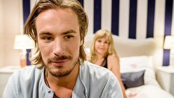 William (Alexander Milz, l.) erzählt Naomi (Christiane Bärwald, r.), dass er sich in Clara verliebt hat.