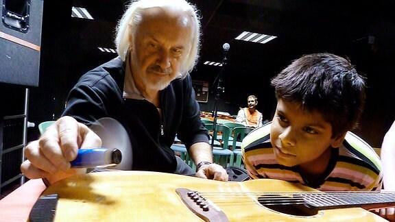"""Sayon und Gitarrist Klaus Boesser-Ferrari vor dem Auftritt bei """"Kultur im Dunkeln"""" in der Ilvesheimer Blindenschule."""
