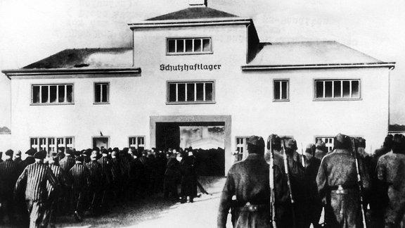 Gefangene werden ins Konzentrationslager Sachsenhausen getrieben
