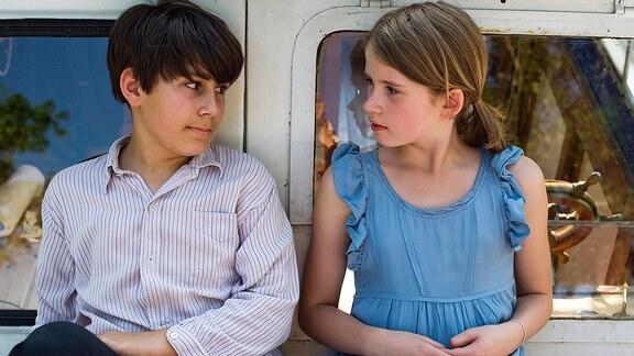 Rebin (Arturo Perea Bigwood) und Lola (Tabea Hanstein) werden Freunde.