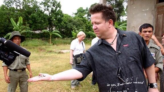 """So setzt sich der Frontmann der """"Prinzen"""" beispielsweise seit Jahren gegen Streubomben ein. In Vietnam wollte er sich selbst ein Bild von der Bedrohung und den Hilfsmöglichkeiten machen."""
