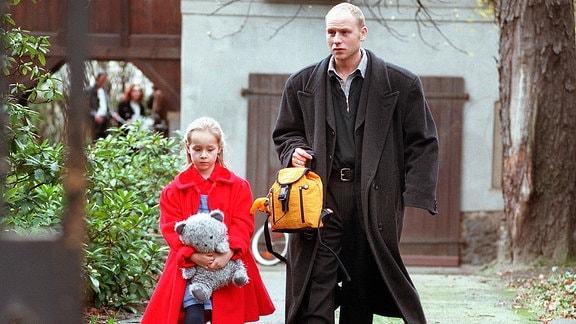 Hauptkommissar Kain trägt den Rucksack der kleinen Bea.
