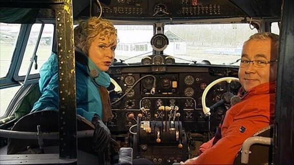 Victoria Herrmann und Andreas Neugeboren im Cockpit einer IL 14. In Merseburg beginnt ihre Tour durch die Luftfahrt-Museen Sachsen-Anhalts.