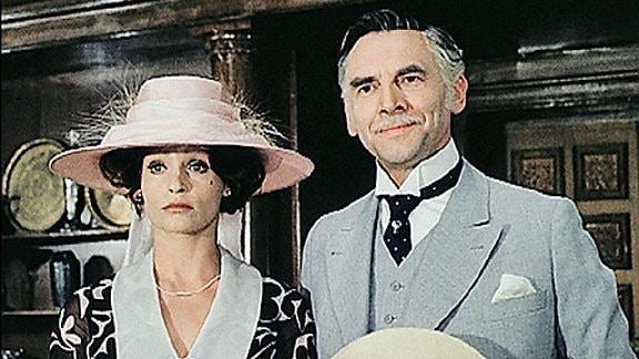 Ein Paar, beide mit Hut.