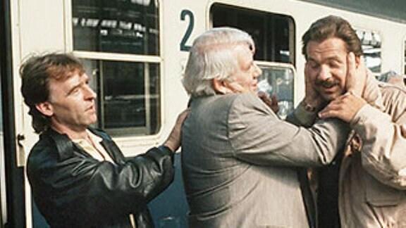 """Die """"Tatort""""-Kommissare Horst Schimanski und Christian Thanner ermitteln zusammen mit den """"Polizeiruf 110"""" Kommissaren Leutnant Thomas Grawe und Hauptmann Peter Fuchs in der gemeinsamen TV Produktion """"Unter Brüdern""""."""