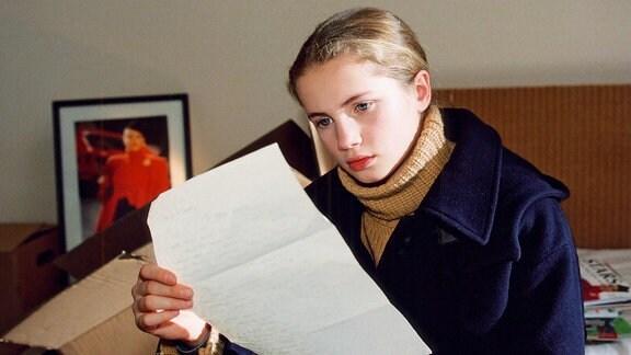 Lilly (Cornelia Gröschel) hat einen Brief von Lena an Rita gefunden.